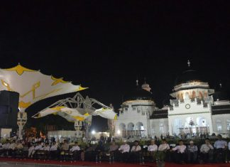 Zaini Abdullah resmikan 12 payung elektrik di Masjid Raya Baiturrahman