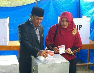 Nasaruddin dan Hj Apini mencoblos di TPS Tan Saril