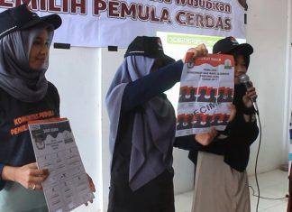 """BANDA ACEH (Waspada) – Komisioner KIP Aceh, Hendra Fauzi meminta agar penyandang disabiltas tidak golput dalam pilkada yang akan berlangsung 15 Februari mendatang. Hal itu dikatakannya saat menggelar sosialisasi di Sekolah Luar Biasa (SLB) yayasan Bukesra Banda Aceh, Sabtu (4/1). Dihadapan para siswa SLB, Hendra mengatakan bahwa semua orang berhak memilih calon kepala daerahnya. Tidak ada perbedaan buat orang penyandang disabilitas dan orang normal semua punya hak dalam memilih pemimpin. """"Pilkada itu milik semua. bukan hanya milik orang normal saja. Tapi juga bisa dirasakan oleh penyandang disabilitas. Kami akan berikan akses mudah bagi mereka. Bila mereka datang ke TPS, maka petugas bisa langsung membantu,"""" kata Komisioner KIP Aceh, Hendra fauzi. Khusus untuk penyandang tuna netra, KIP juga menyediakan surat suara dengan huruf braille. Untuk surat suara, tidak ada perbedaan buat orang cacat. Namun ada perbedaan cetak surat suara buat mereka yang tidak bisa melihat atau buta. Surat suara akan dibuat dengan huruf braille. Tambahnya, keikutsertaan para penyandang disabilitas, juga dimaksudkan untuk mengurangi angka golput yang mungkin terjadi. Setiap suara itu berarti. Jadi banyak harapan yang lebih baik bagi siapa saja untuk memilih. """"Meskipun mereka cacat. Jadi, no golput. Dengan adanya sosialisasi, para penyandang disabilitas diharapkan berkenan menggunakan hak suaranya dalam Pilkada mendatang,"""" ujarnya. Sementara itu, salah seorang alumni yayasan Bukesra, Muhajir yang juga penyandang tuna wicara, mengaku senang dengan adanya sosialisasi itu. Menurutnya, dengan adanya sosialisasi tersebut penyandang disabilitas yang ada di Aceh dipercaya untuk ikut sebagai peserta dalam Pilkada. """"Senang sekali karena kami telah mendapatkan ilmu bagaimana saat pemilihan nanti dan kami juga senang karena penyandang disabilitas dipercayai untuk bisa ikut memilih."""" katanya. Ia berharap Pilkada Aceh 15 Februari mendatang dapat berjalan dengan damai dan bisa memilih pemimpin yang baik un"""