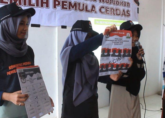 """BANDA ACEH (Waspada) – Komisioner KIP Aceh, Hendra Fauzi meminta agar penyandang disabiltas tidak golput dalam pilkada yang akan berlangsung 15 Februari mendatang. Hal itu dikatakannya saat menggelar sosialisasi di Sekolah Luar Biasa (SLB) yayasan Bukesra Banda Aceh, Sabtu (4/1). Dihadapan para siswa SLB, Hendra mengatakan bahwa semua orang berhak memilih calon kepala daerahnya. Tidak ada perbedaan buat orang penyandang disabilitas dan orang normal semua punya hak dalam memilih pemimpin. """"Pilkada itu milik semua. bukan hanya milik orang normal saja. Tapi juga bisa dirasakan oleh penyandang disabilitas. Kami akan berikan akses mudah bagi mereka. Bila mereka datang ke TPS, maka petugas bisa langsung membantu,"""