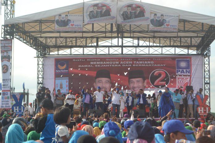 Bupati Non Aktif H. Hamdan Sati sedang memberikan orasi politiknya pada Kampanye Akbar Paslon No urut 2 ini di Lapangan Bola Dispora Tanah Terban Karang Baru Kab Aceh Tamiang.