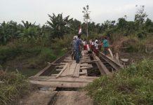 Jembatan di pedalaman Aceh Utara tak diperbaiki, siswa kibarkan bendera merah putih