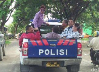 Gaya Menteri Susi keliling kota naik mobil polisi bak terbuka