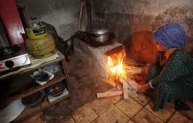 Gas Elpiji sulit didapat, warga Beutong Ateuh gunakan kayu bakar untuk memasak