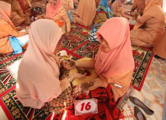 Salah seorang peserta lomba berinai sedang dilukis, di Pendopo Walikota Banda Aceh, Selasa (25/4). (Kanal Aceh/Randi)