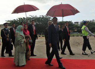 Presiden Jokowi memegang payung di Bandara SIM, Sabtu (20/5) saat menuju ke Pesawat untuk melanjutkan penerbangan ke Riyadh, Arab Saudi. (Kanal Aceh/Randi)