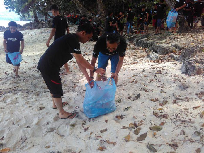 Jaga lingkungan, klub mobil bersihkan sampah di Pantai Iboih