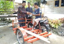 Bantu Suryadi berjualan keliling, IKAT Aceh beri bantuan motor