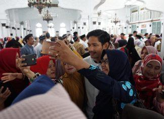 Emak-emak berebut selfi dengan Ibnu Jamil dan Teuku Wisnu