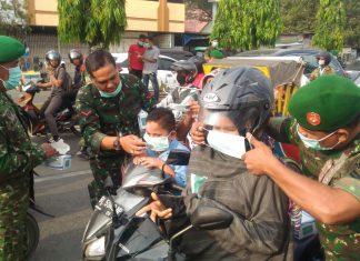 Dampak erupsi Sinabung, pengendata motor di Lhokseumawe dibagikan masker