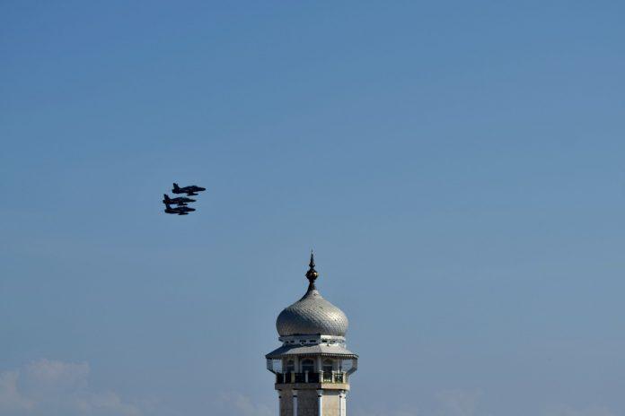 Foto: Pesawat tempur melintas di atas Masjid Raya Baiturrahman