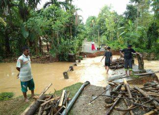 Diterjang banjir, jembatan penghubung Cot Mancang dan Gudang ambruk
