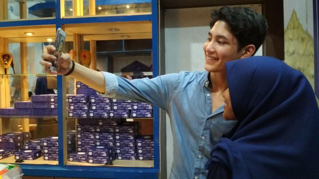 Buka Toko Kue Di Aceh Pelanggan Antri Untuk Foto Dengan Teuku Rassya Kanal Aceh