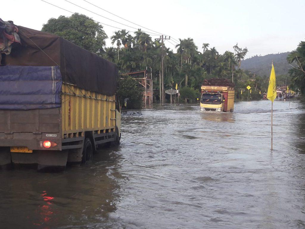 Pengendara Sepmor di Aceh Selatan Terseret Banjir