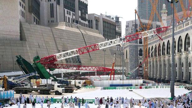 Raja Salman menyerahkan cek 85 M untuk korban crane