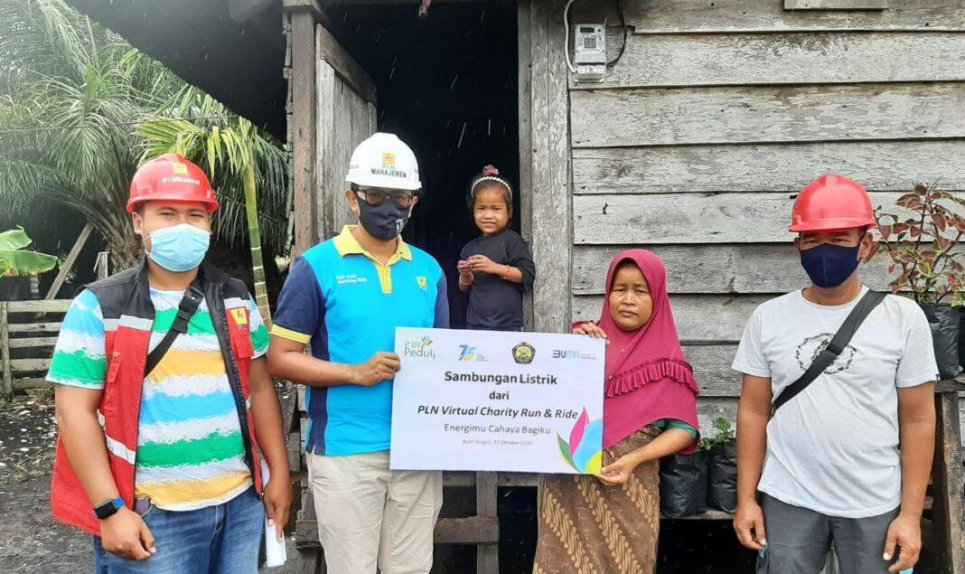 Secara Simbolis PLN ULP Singkil Menggratiskan Pemasangan Listrik Ny. Elek di Desa Suka Damai
